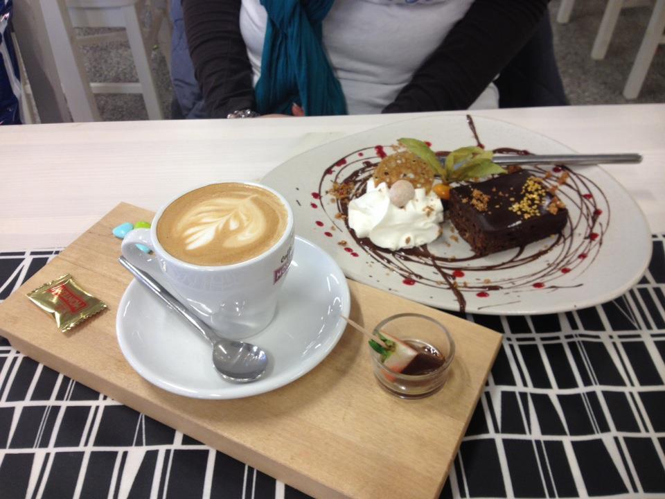 Design Hill Café, Halikko: Suklaakakkua ja cappucinoa, nam!