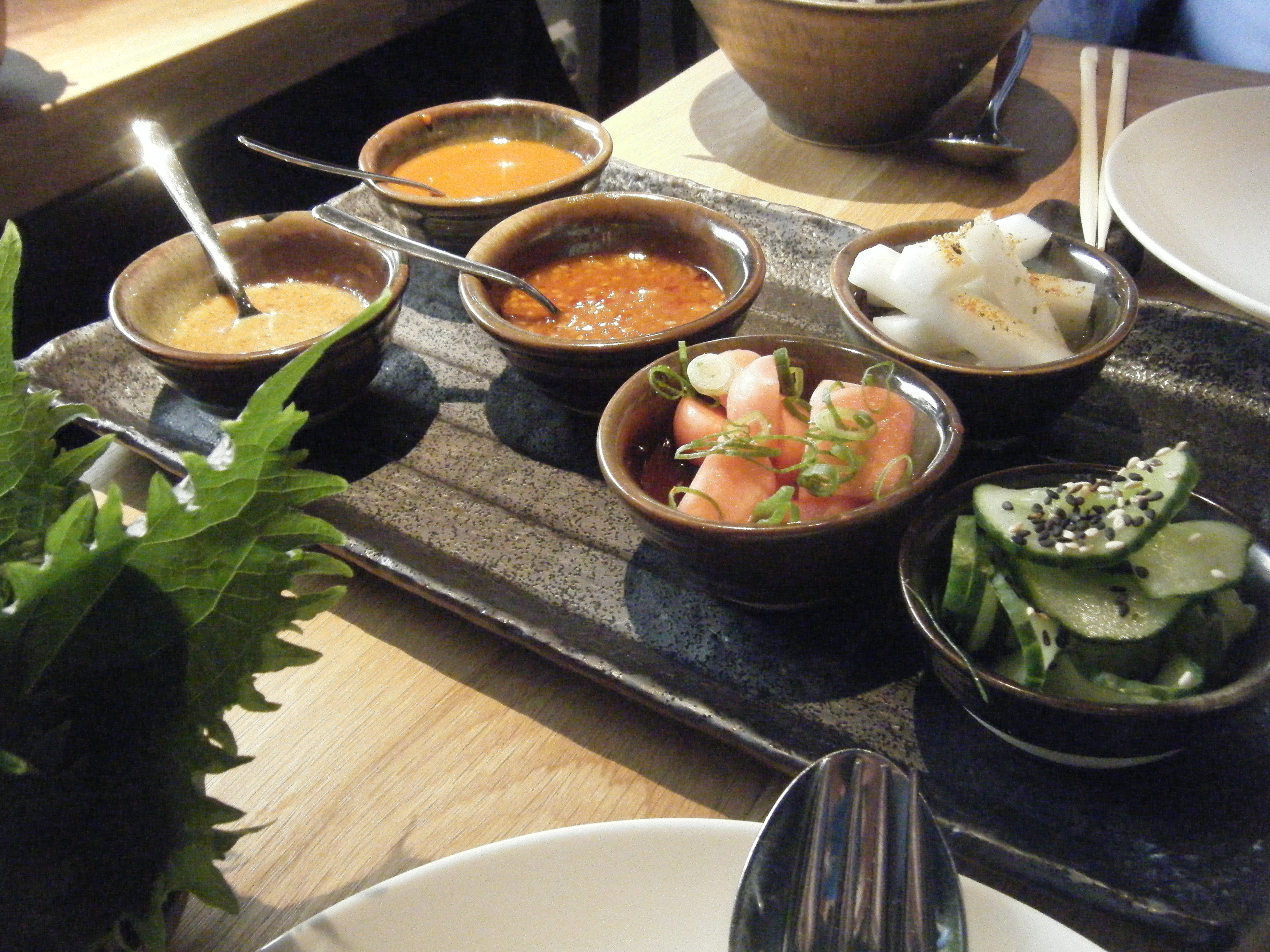 Gaijin, Helsinki: salaatinlehtiä, pikkeleitä,kimchiä ja muita kastik