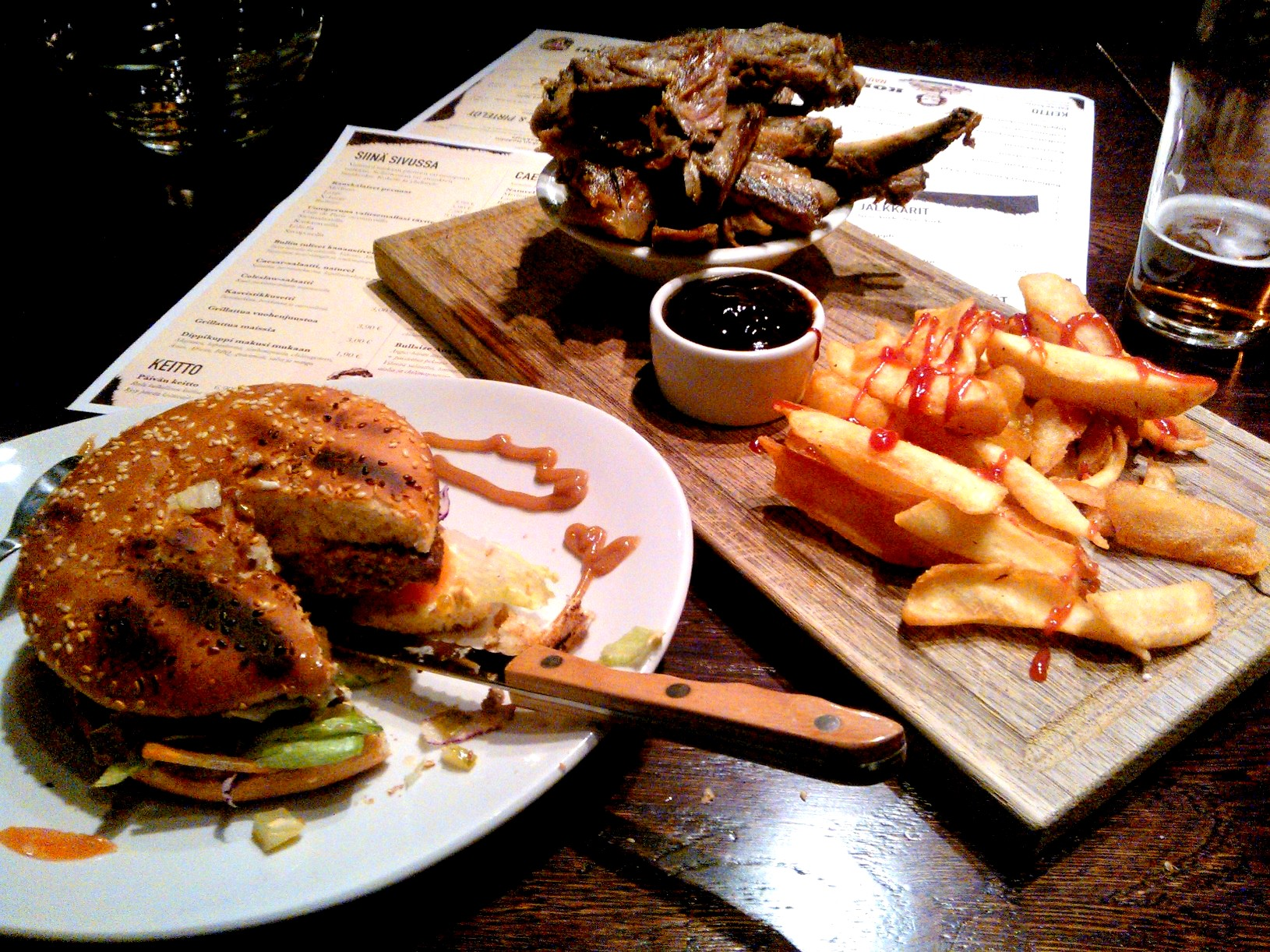 Bull Bar & Grill, Rovaniemi: Bull's Double cheeseburgeri, sekä Pork Ribsit