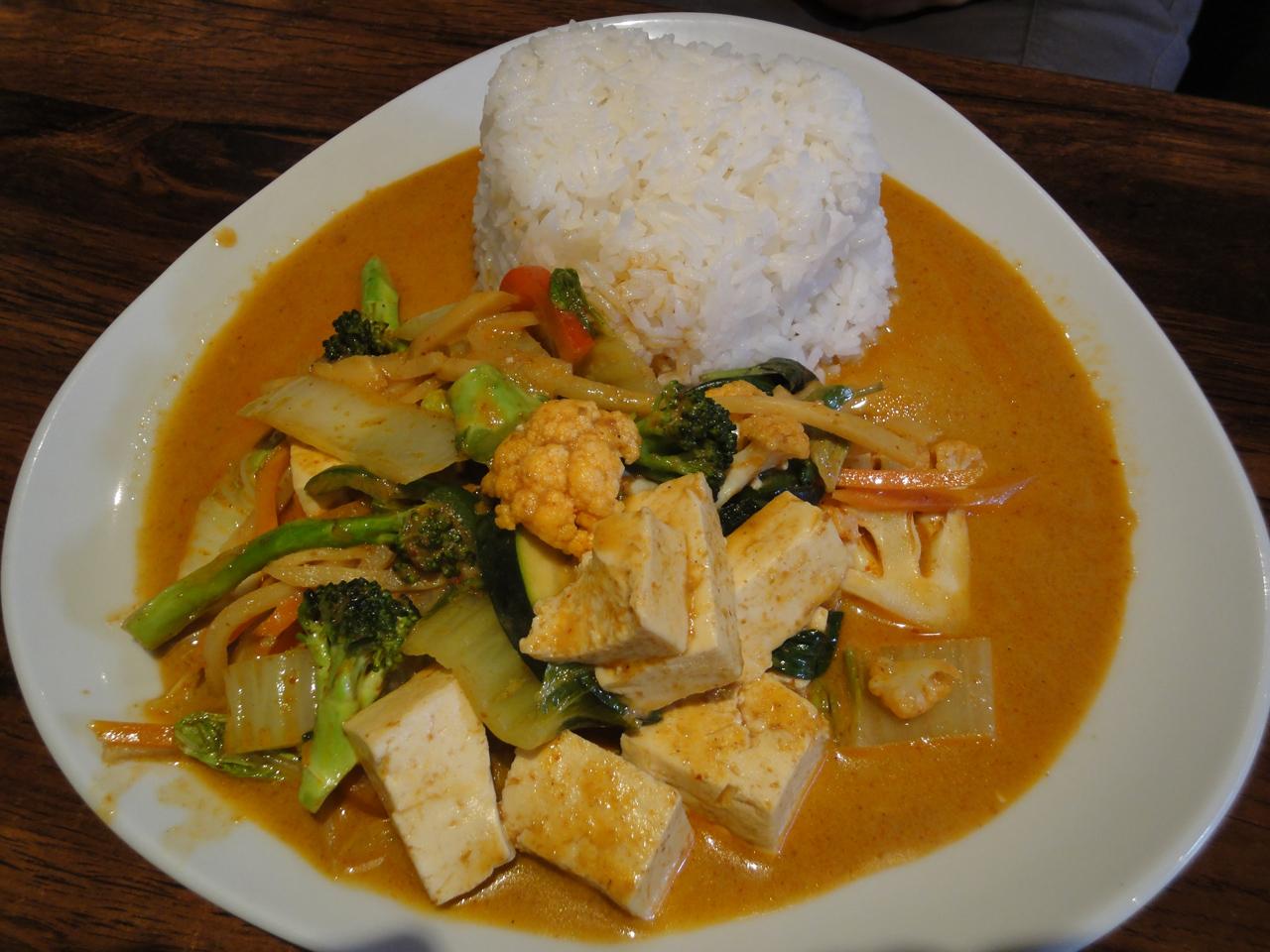 Thai Food, Espoo: Gang Pet Tofu - Tofua punaisessa kookoscurryssa
