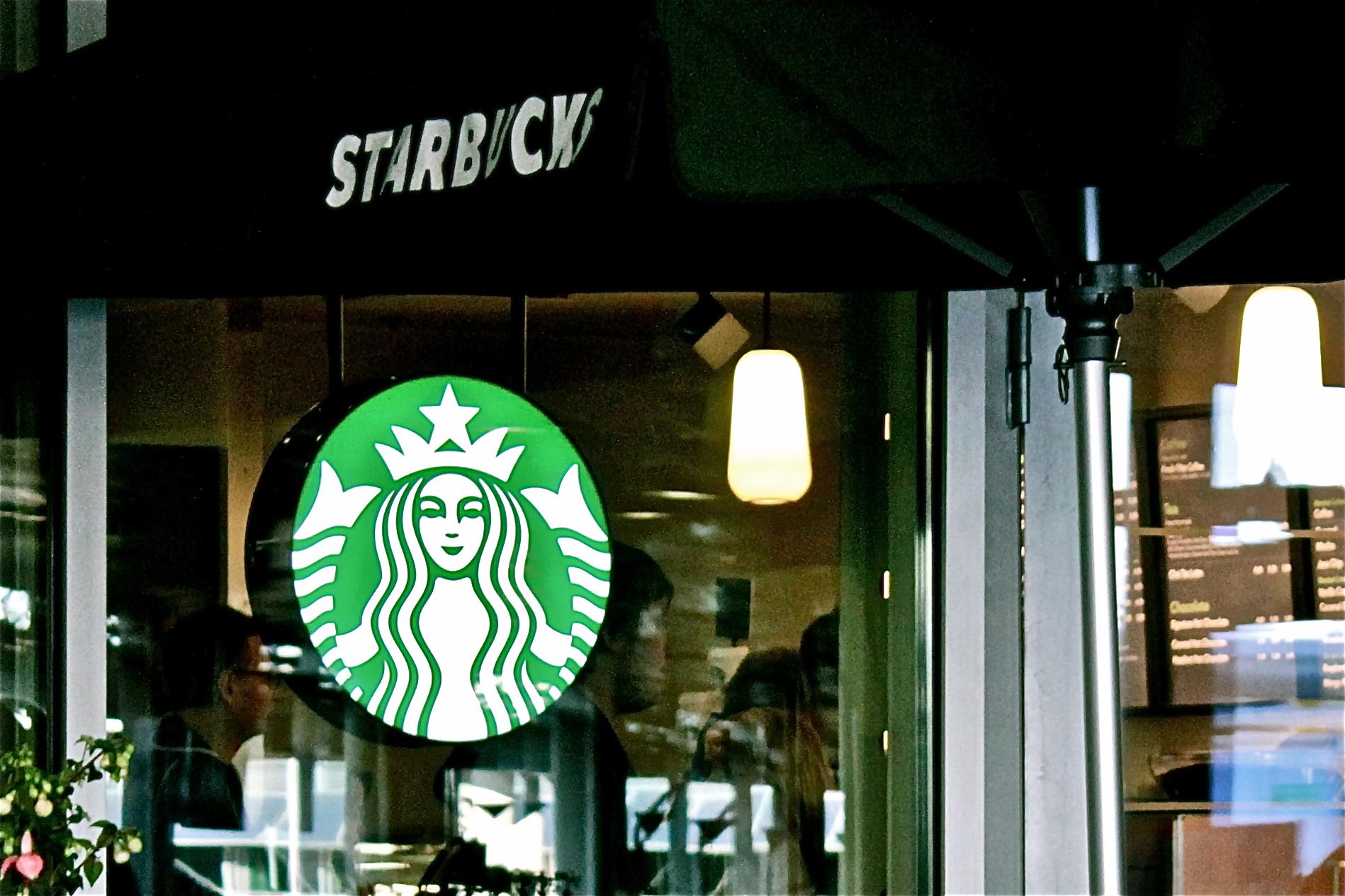Starbucks, Vantaa: Starbucksin logo loistaa ulos asti!