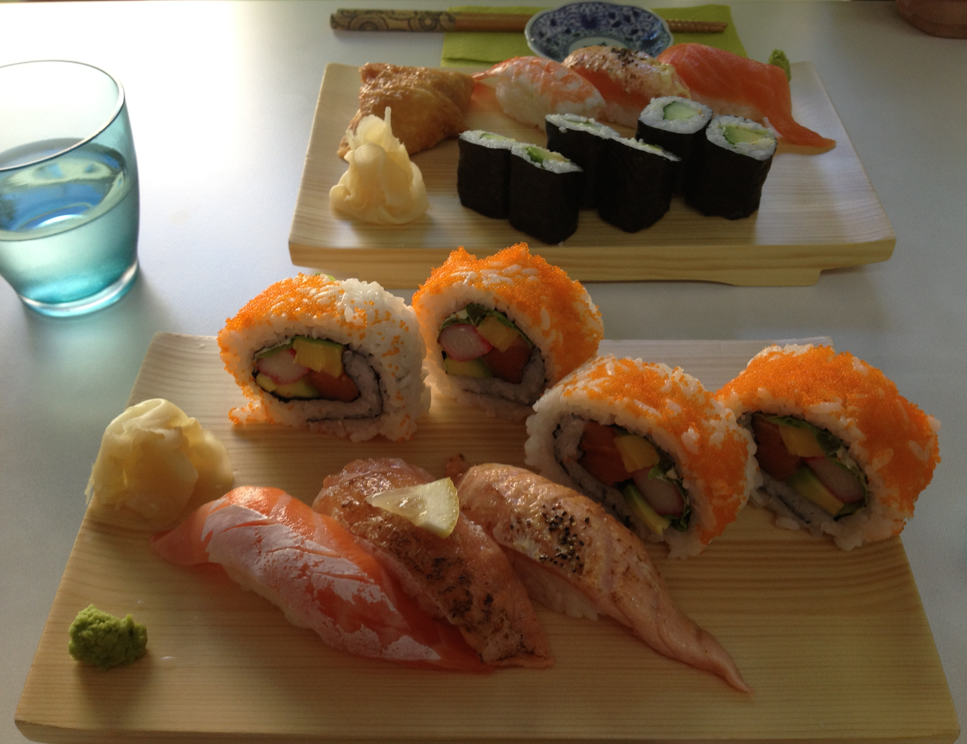 sushi wa.gocoro, Helsingfors: lohinigiri ja californiamaki, takana lounassetti