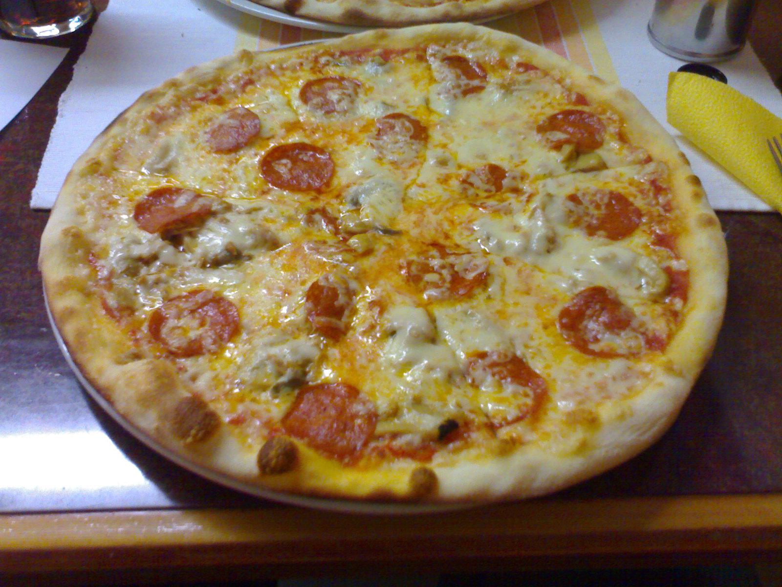 Café-Pizzeria Ulpiana, Helsinki: pepperoni-pitsa tuplajuustolla