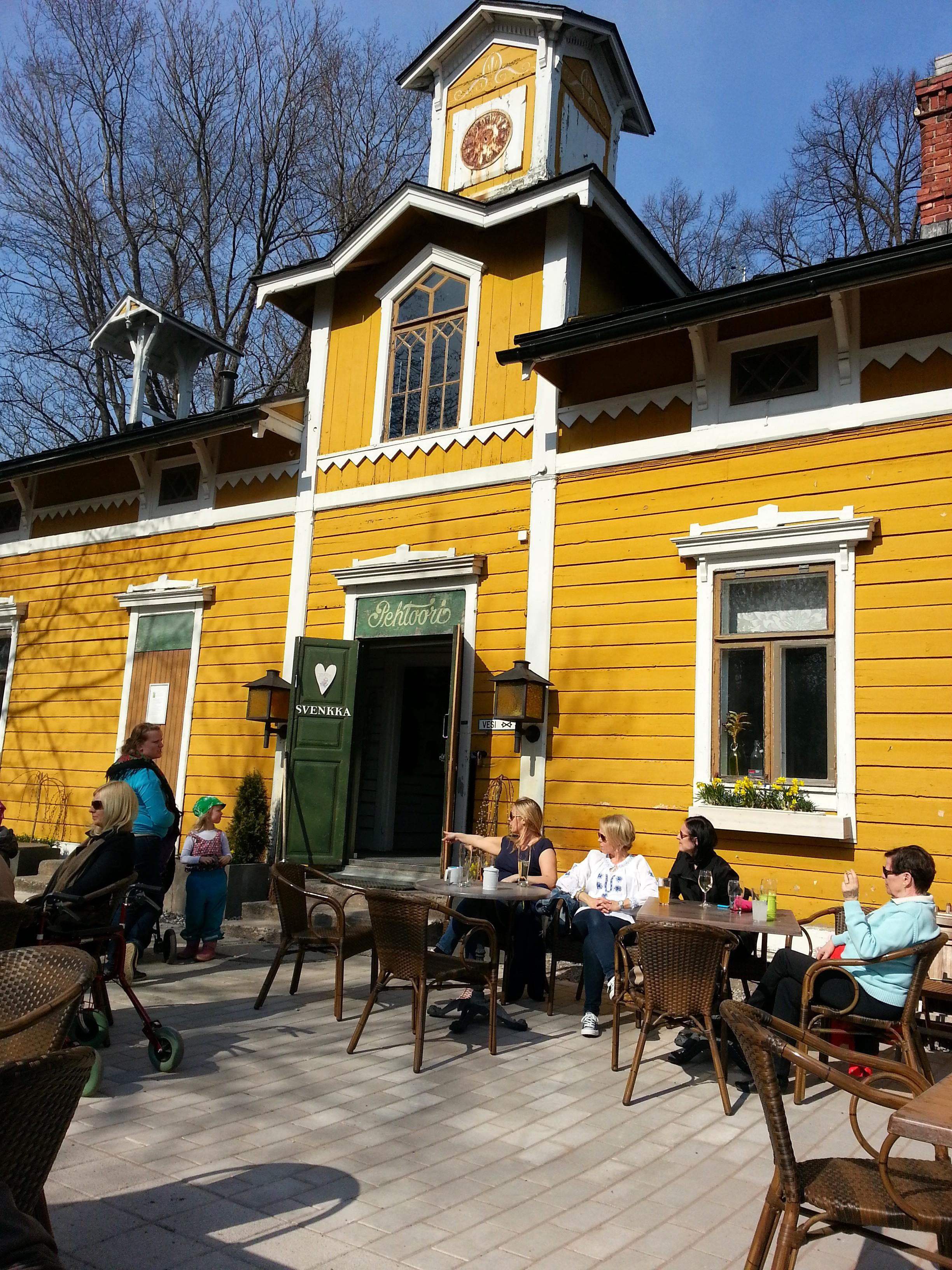 Café Svenkka, Helsinki: Svenkan aurinkoinen terassa huhtikuussa.