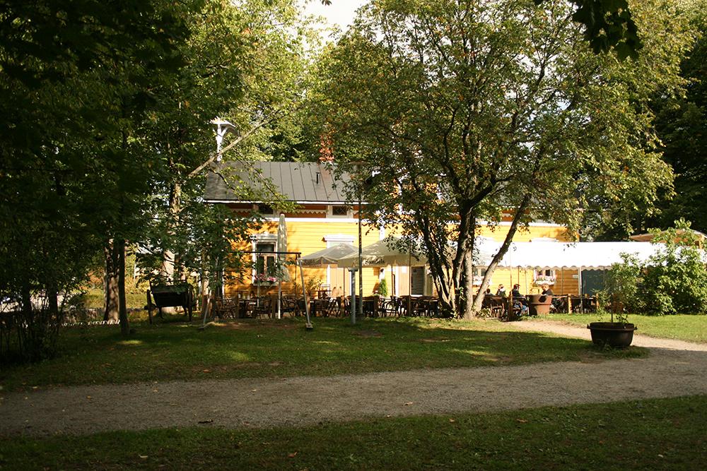 Puotilan kartano, Helsinki: Cafe Svenkka - kahvila kartanon kupeessa.