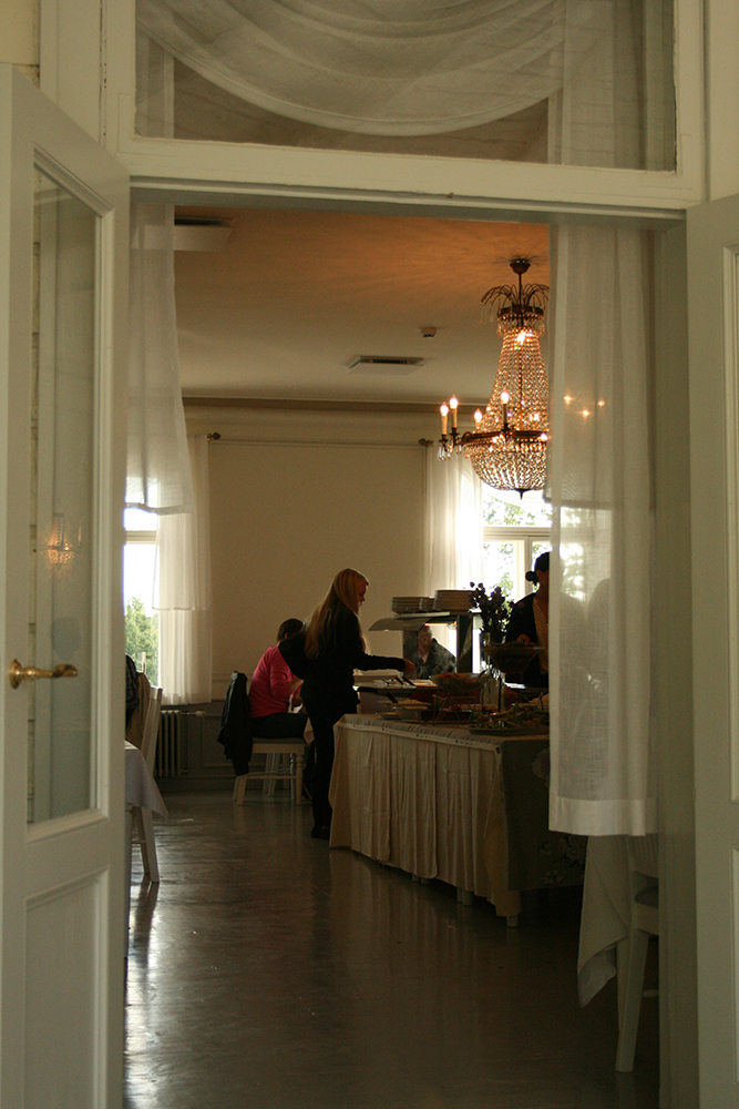Puotilan kartano, Helsinki: Buffetpöytä kristallikruunun alla
