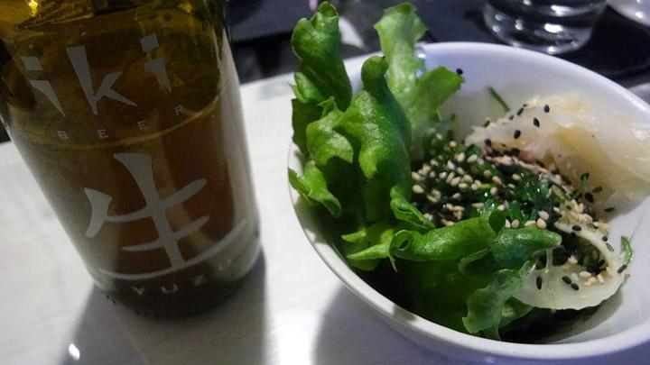Hanko Sushi Kannelmäki, Helsinki: juoma & wakame-salaatti