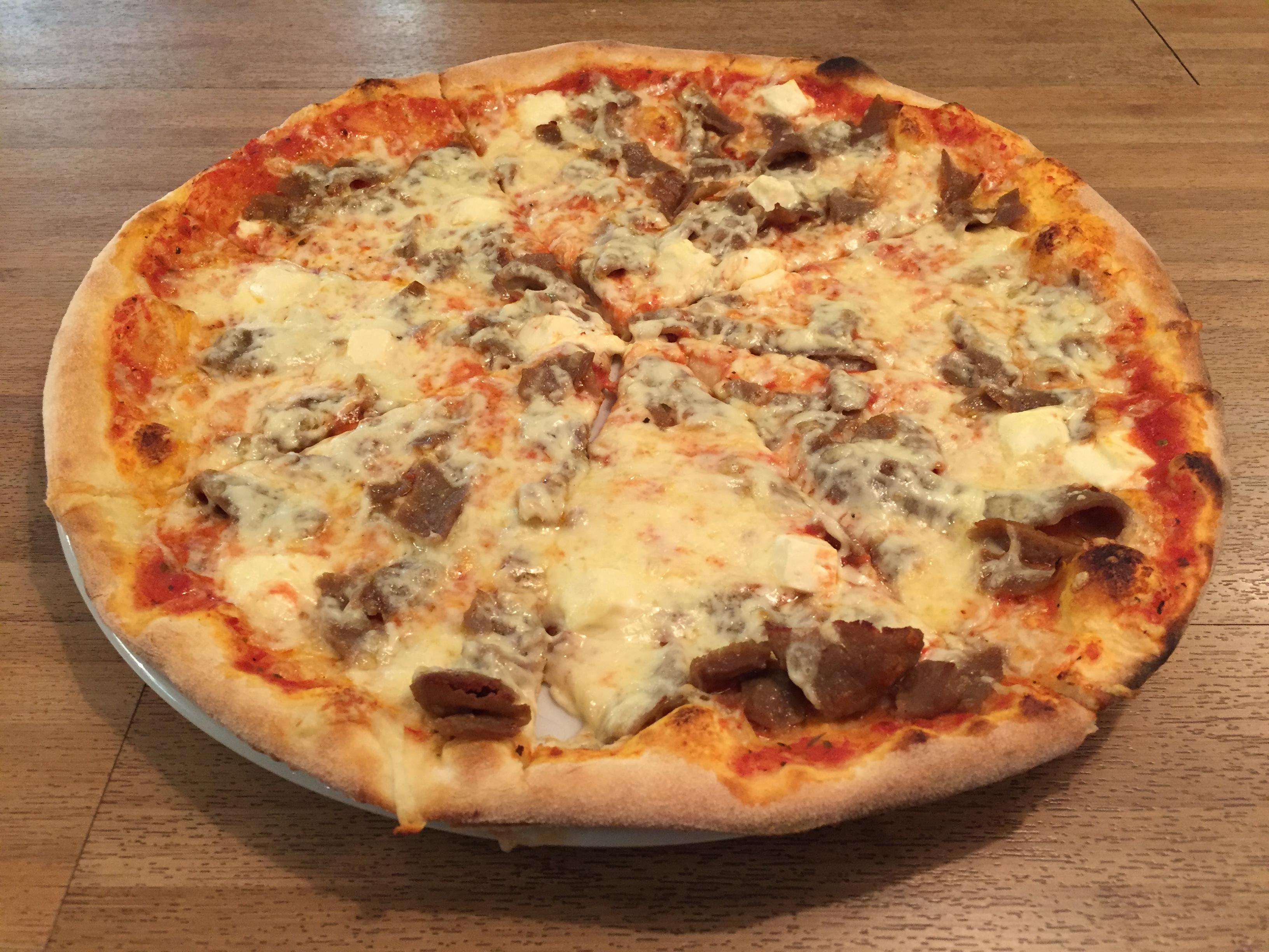 Ravintola Magnolia, Helsinki: Pizza kahdella täytteellä: kebab, feta