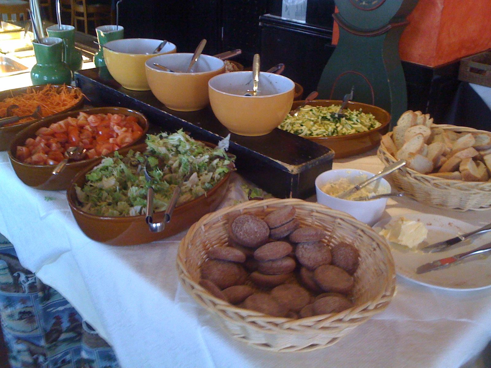 Manala, Helsinki: Salaattipöytä