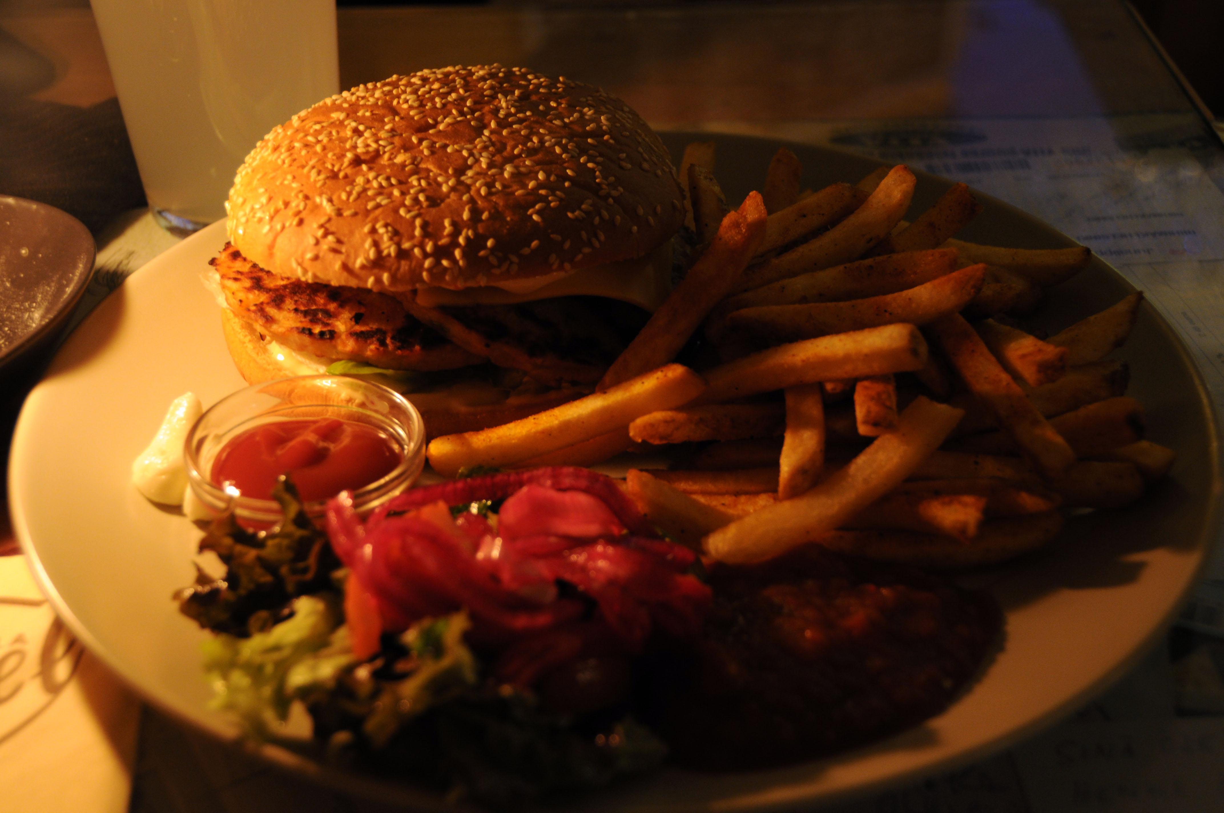 Sävel, Helsinki: Vegetarian burger with fries