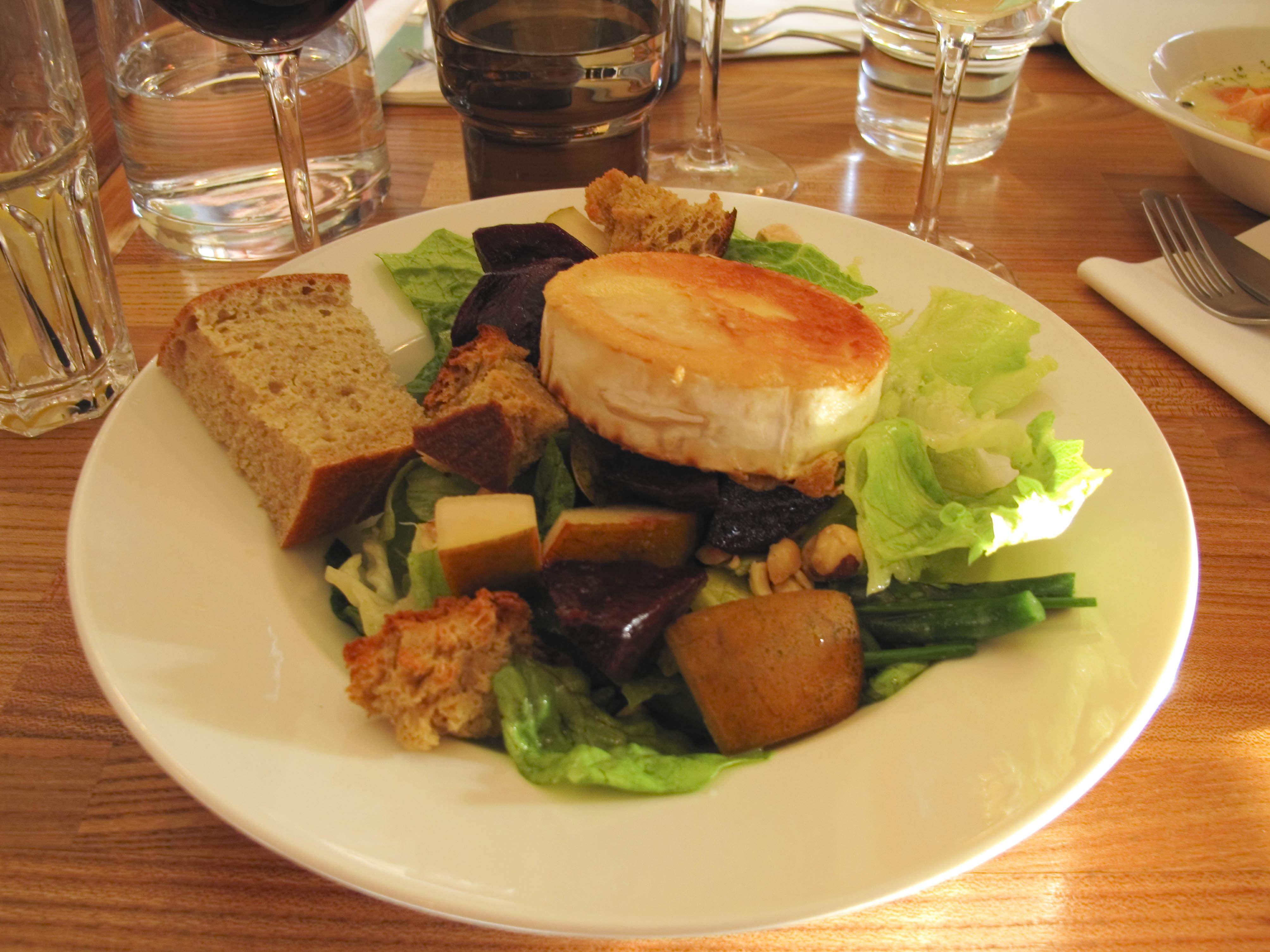 KuuKuu, Helsinki: Goat cheese salad (starter)