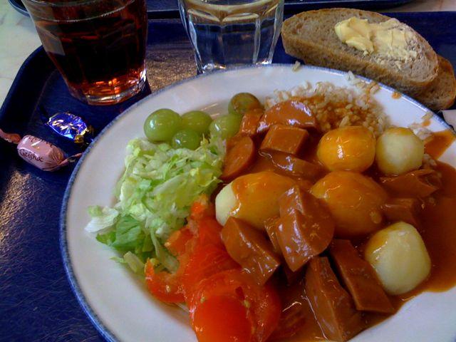 Makkarakastike + riisiä, perunoita ja salaattia