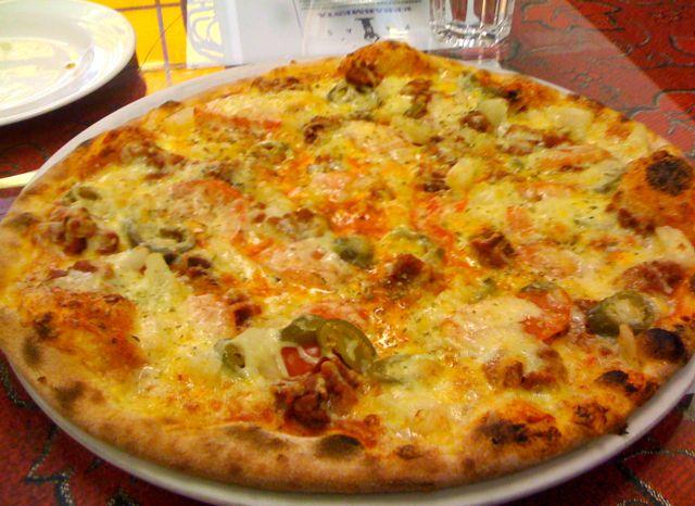 Palmeri Pizza and Kebab, Helsinki: Jauheliha-ananas-jalapeño-tomaatti