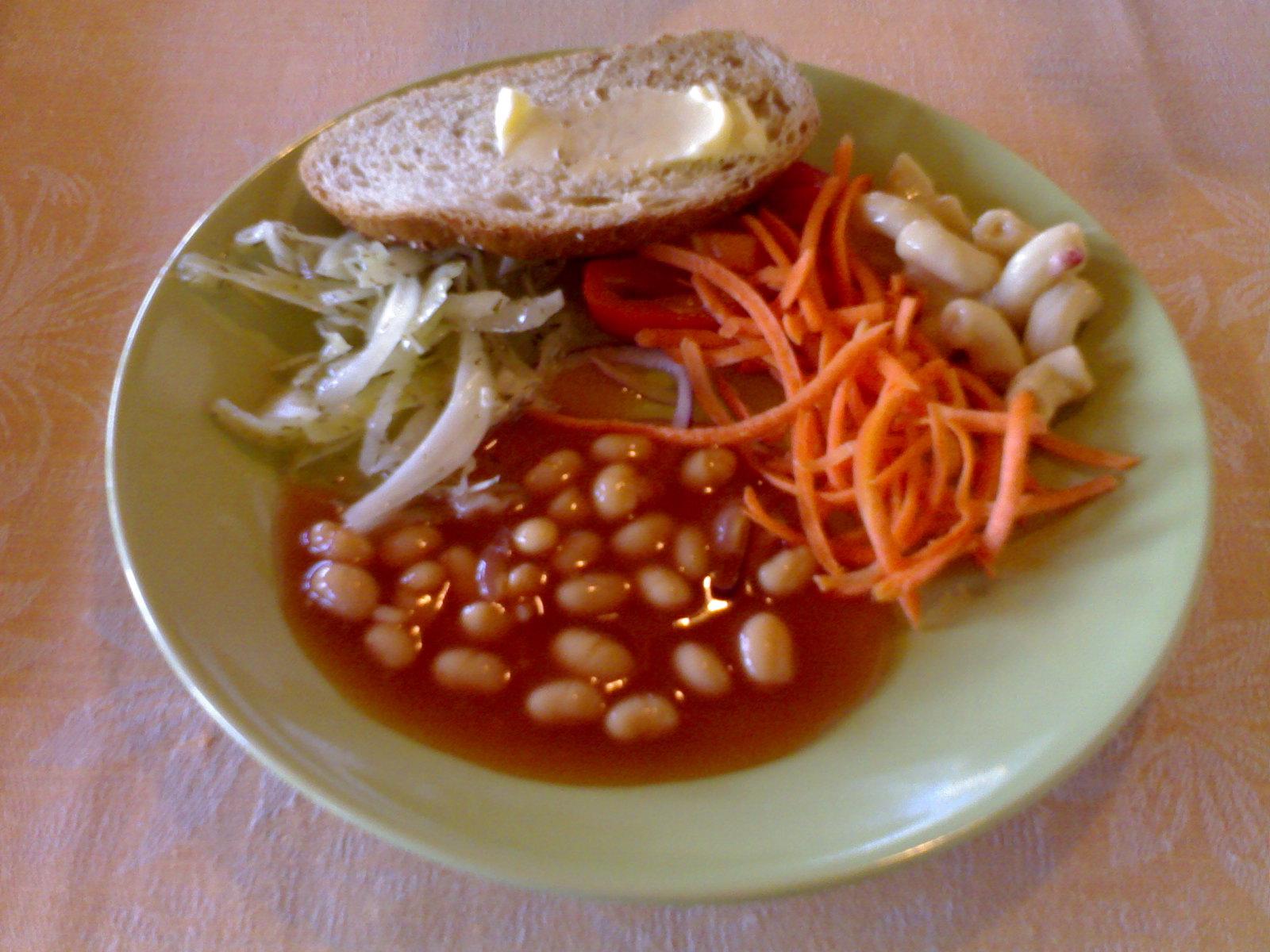 Bistro Cafe Viikki, Helsinki: salaattipöydän antimia