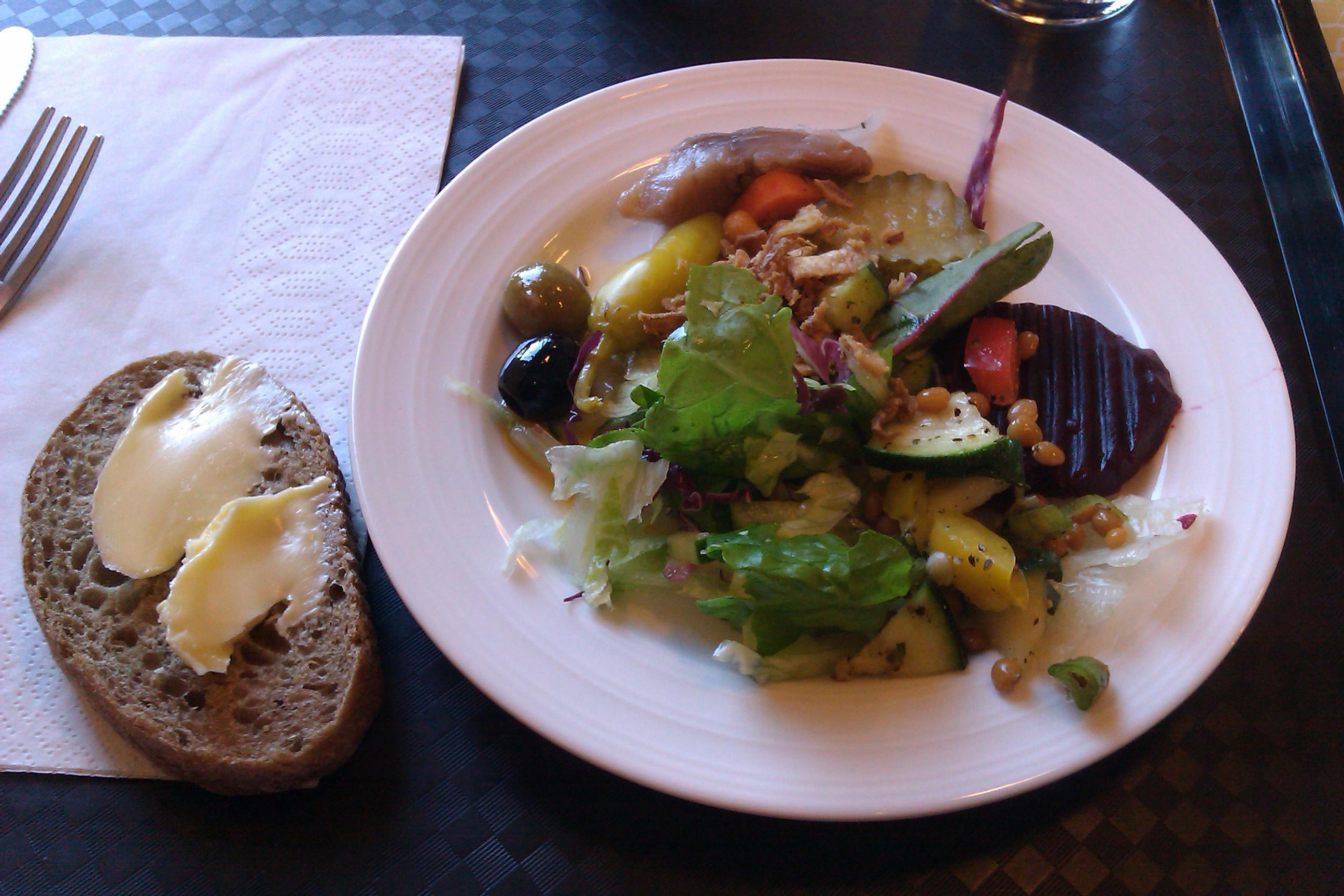 Twinstar Cafe, Porvoo: salaattipöydän antimia