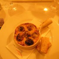 Tony's Deli, Helsinki: Vlkosipulivoilla+parmesanilla gratin. simpukoita