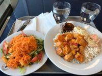 Bistro Cafe Viikki, Helsinki: Punaista curry-kanaa ja smetanalohta.
