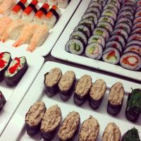 Laaja sushivalikoima buffetissa