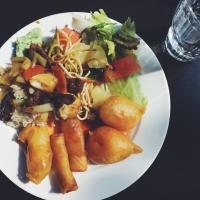 Noutopöydän friteeraukset ja paistetut nuudelit
